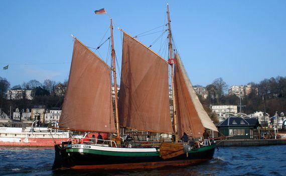 ANNA segelnd vor dem Museumshafen