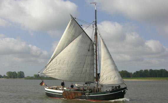 ELFRIEDE segelt auf der Unterelbe