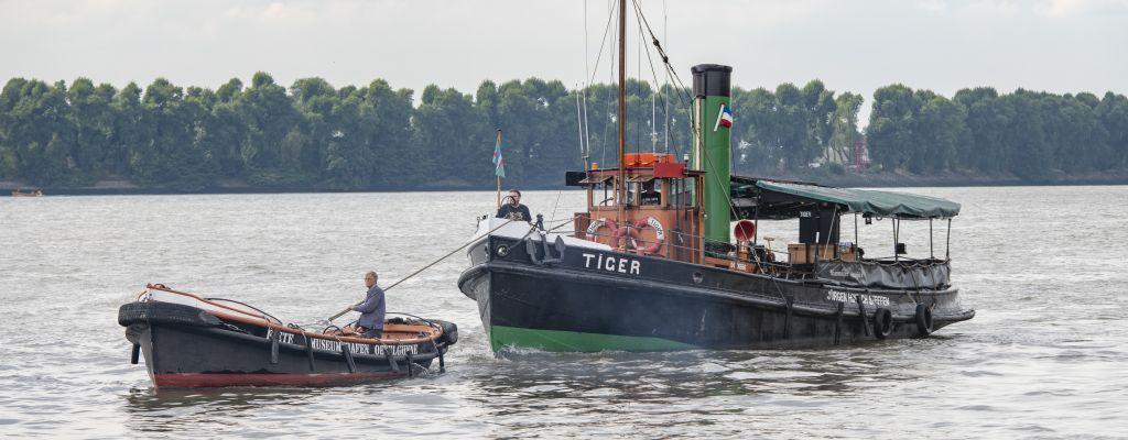 Festmacherboot FIETE mit DS TIGER im Schlepp, Elbe