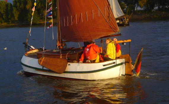 JOHANNA v. OEVELGÖNNE mit Crew im Abendlicht
