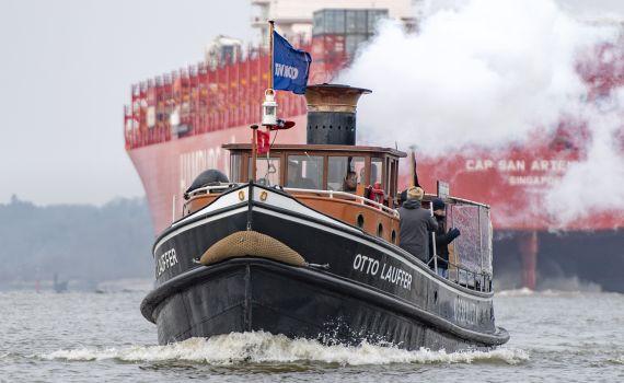 OTTO LAUFFER vor Containerschiff auslaufend