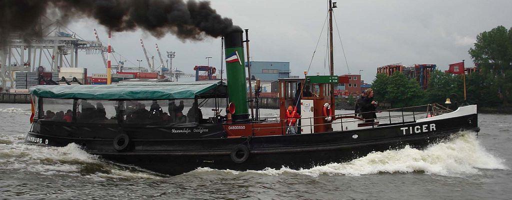 Dampfschlepper TIGER, volle Fahrt auf der Elbe