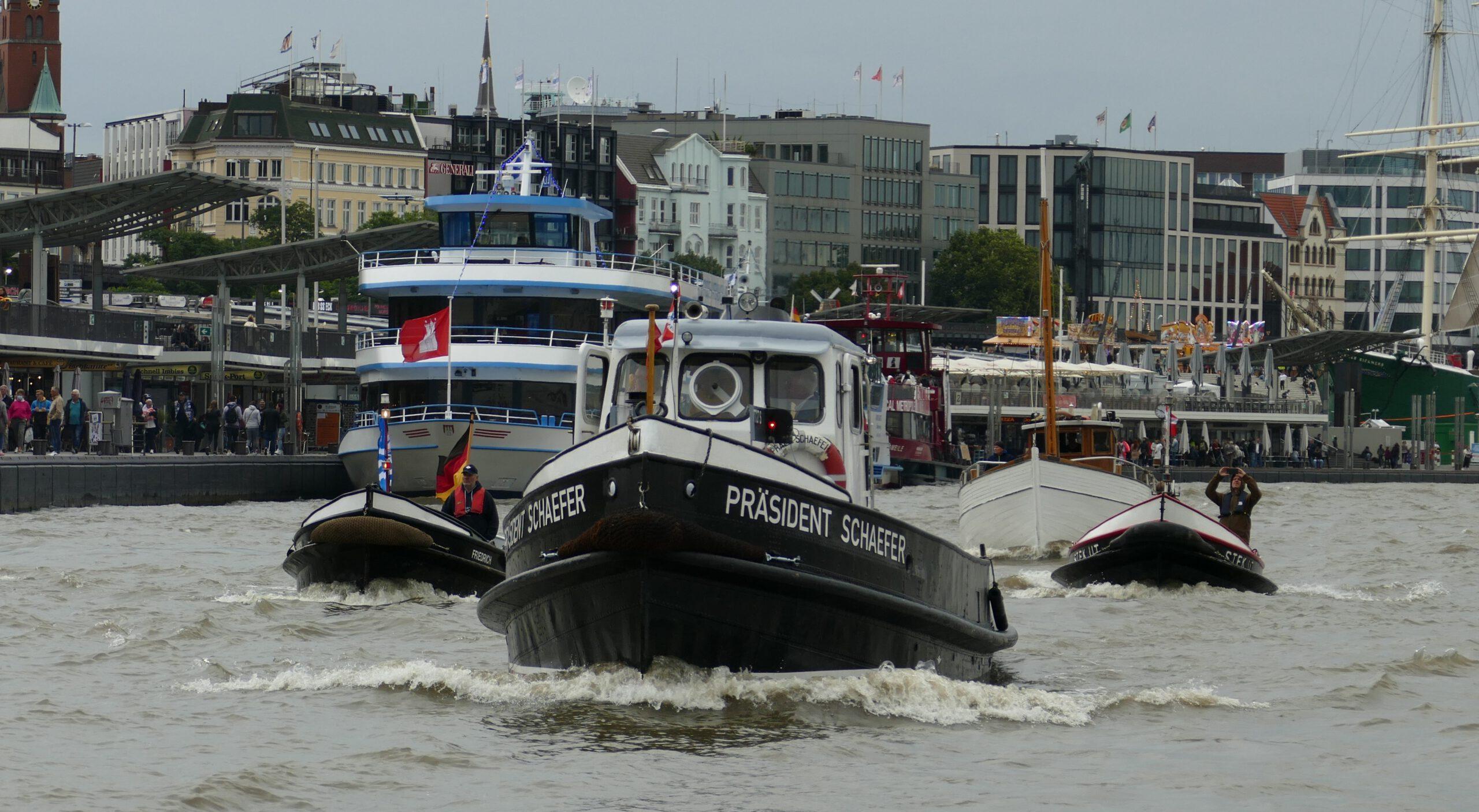 Traditionsschiffe vor den Landungsbrücken