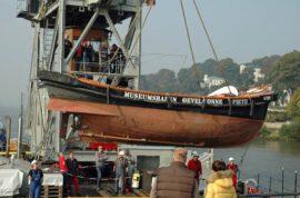 Karl-Friedrich-Steen - Kranen eines Festmacherbootes aus dem Museumshafen
